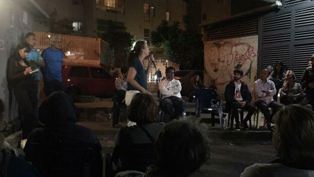 Un centenar de personas acompañó a los diputados Manuela Bolívar y Ángel Alvarado en la sesión callejera organizada por los opositores. (manuelabolivar)