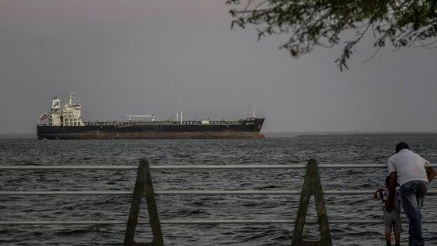 Vista de un buque petrolero en el Lago de Maracaibo, Venezuela. (EFE/ Henry Chirinos/Archivo)