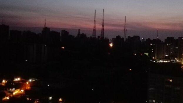 En Maracaibo la luz llega aproximadamente en un 50%, según denuncian sus residentes en redes sociales. (@karanguibel)