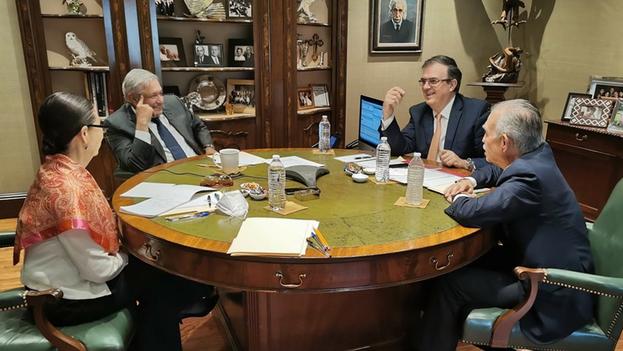 El mandatario mexicano, al anunciar el diálogo, compartió una fotografía en la que estaba acompañado por el canciller Marcelo Ebrard (c.d) y el exjefe de la oficina de la presidencia, Alfonso Romo. (EFE/Presidencia)