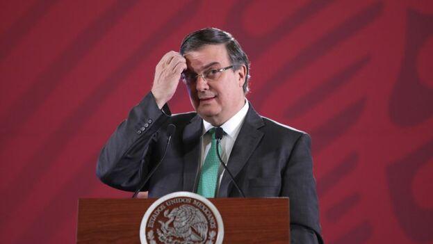 """Marcelo Ebrard indicó que de los migrantes """"rescatados"""" desde el acuerdo con Estados Unidos, 5.979 iban en autobuses de pasajeros y 1.707 en camiones. (EFE)"""