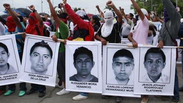 Marcha en Acapulco en octubre de 2014 por los 43 estudiantes desaparecidos. (EFE)