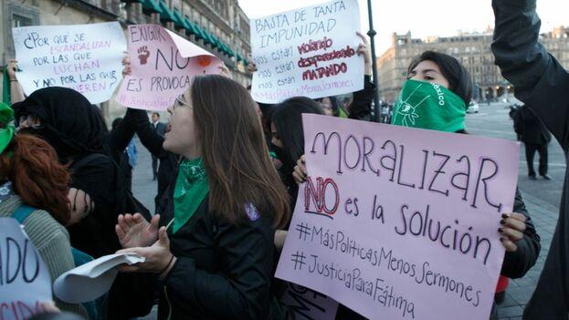 """Marcha contra Andrés Manuel López Obrador, a quien tacharon de """"feminicida"""" por no buscar acciones contundentes para hacer frente a los más de 1.000 feminicidios registrados oficialmente en 2019. (Proceso)"""