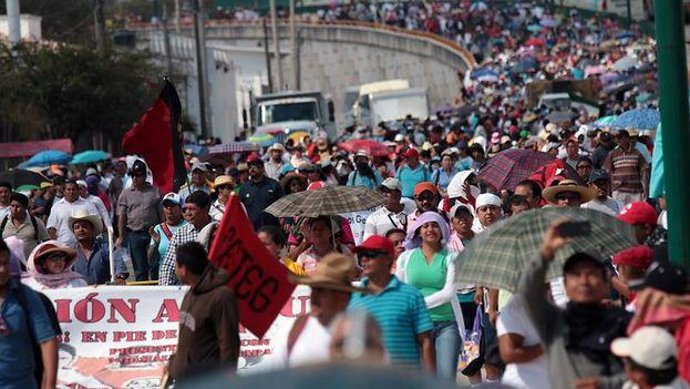 Marcha por la autopista del Sol este jueves para reclamar la aparición de los estudiantes normalistas. (EFE/José Luis de la Cruz)