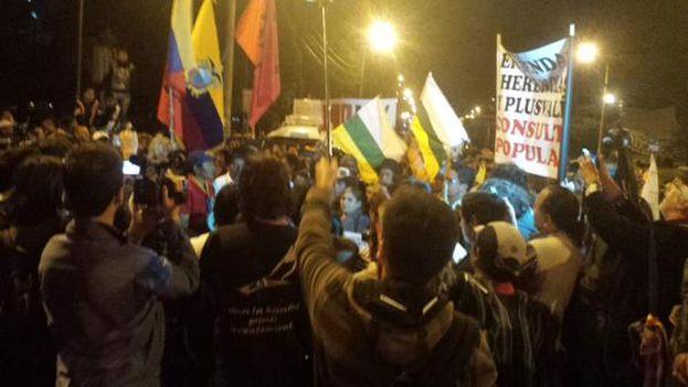 Marcha indígena avanzando por el centro de Quito la noche del miércoles. (@CONAIE_Ecuador)