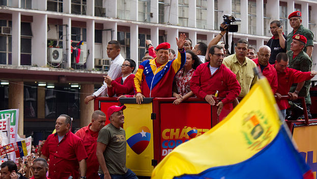 Marcha chavista en 2012, con el fallecido presidente Hugo Chávez a la cabeza. (CC)