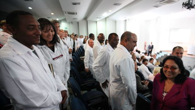 La viceministra de salud cubana Marcia Cobas saluda a los médicos de la Isla en la Universidad de Brasilia. (EFE)