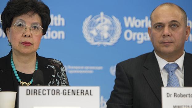 Margaret Chan y Roberto Morales en rueda de prensa en Ginebra. (WHO/M. Missioneiro)