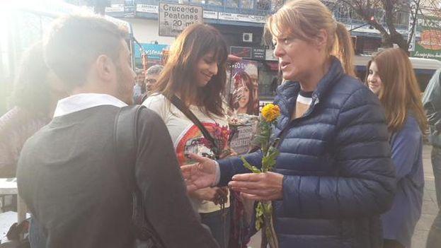 Margarita Stolbizer repartió flores y recordó a las víctimas de Hiroshima, cuyo 70 aniversario se conmemoraba este jueves. (@Stolbizer)