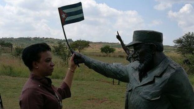 Inés María Chapman junto a una efigie de Castro en su ruta por Sudáfrica. (@BuenoVA62)