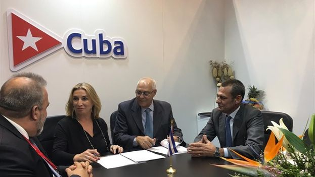María José Hidalgo junto a los representantes cubanos durante la firma del nuevo proyecto. (EP)