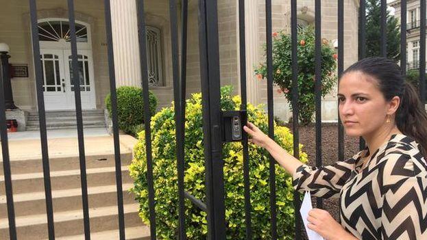La activista Rosa María Payá delante de la nueva embajada de Cuba en Washington. (Twitter)