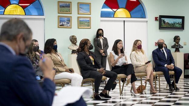 En la reunión participaron la opositora cubana Rosa María Payá y al cantante cubano Yotuel Romero. (Alejandro Mayorkas/Twitter)