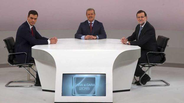 Mariano Rajoy y Pedro Sánchez en el debate electoral en presencia del moderador. (Fotograma)