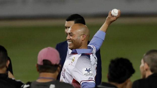 Mariano Rivera haciendo un lanzamiento de honor en el estadio nacional Rod Carew. (EFE)