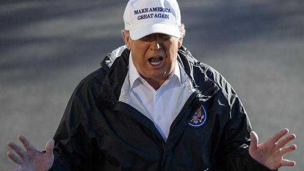 El presidente estadounidense, Donald Trump, se dirige a los medios antes de embarcar en el Marine One en la Casa Blanca, en Washington DC. (EFE/ Shawn Thew)