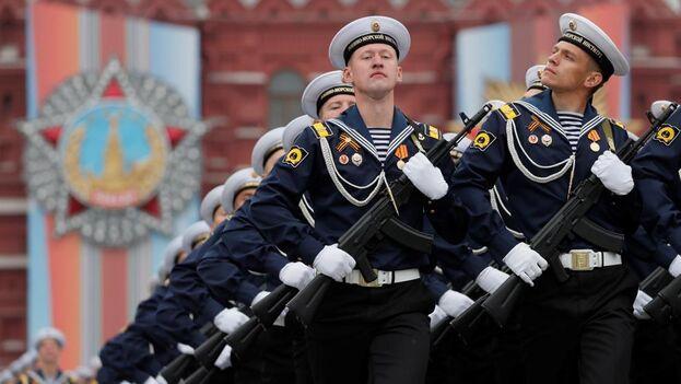 Marineros rusos participan en el desfile militar con ocasión del 74 aniversario de la victoria sobre la Alemania nazi en la Segunda Guerra Mundial, este jueves, en la Plaza Roja de Moscú (EFE)
