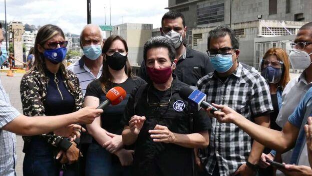 El activista Marino Alvarado exigiendo la libertad de presos políticos en Venezuela. (@marinoalvarado)