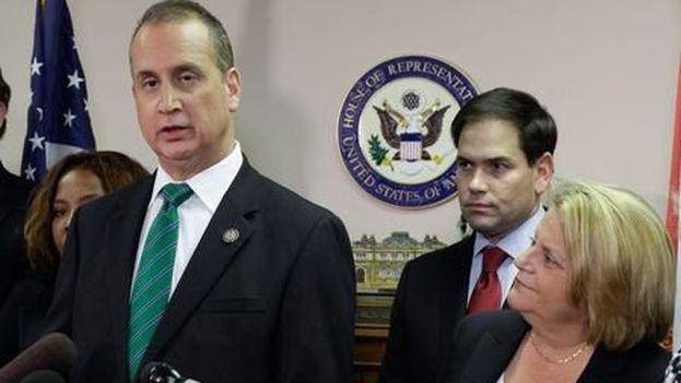 A la izquierda Mario Díaz Balart acompañado de la congresista cubanoamericana Ileana Ros-Lehtinen y el senador Marco Rubio. (Cortesía)