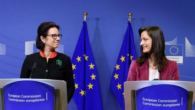 La comisaria europea Mariya Gabriel presenta a Madeleine de Cock, presidenta del grupo de expertos de alto nivel para abordar el problema de las noticias falsas de forma común en la Unión. (@GabrielMariya)