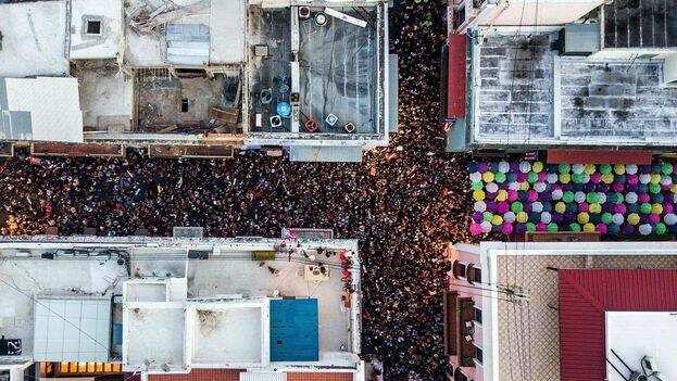 La manifestación, a la que asistieron figuras como los cantantes Bad Bunny o Ricky Martin y el actor Benicio del Toro, se mantuvo en la normalidad hasta cerca de la medianoche, cuando la Policía lanzó gases lacrimógenos contra los manifestante. (Xavier García Rodríguez,@XavierValcarcel)