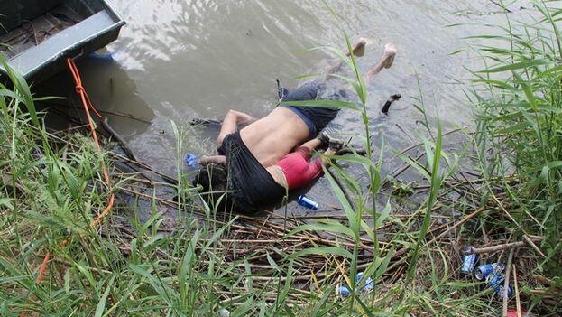 Los cuerpos sin vida de Óscar Alberto Martínez Ramírez y su hija de un año, Valeria, a orillas del Río Bravo en Matamoros, frontera de México con EE UU. (EFE/ Abraham Pineda-Jácome)