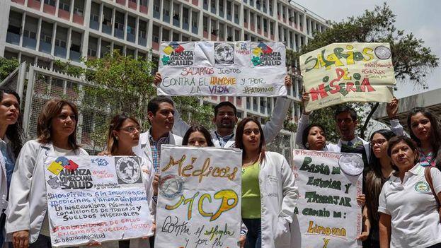 Médicos del hospital Maternidad Concepción Palacios se unieron a la protesta de enfermeros y personal obrero hospitalario este jueves. (EFE/Cristian Hernández)