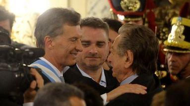 Mauricio Macri junto a su padre, Franco, el día de su investidura como presidente. (EFE)