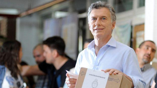 Mauricio Macri, candidato a la Presidencia argentina por la alianza opositora Cambiemos, votando hoy en Bueno Aires. (Twitter/@mauriciomacri)