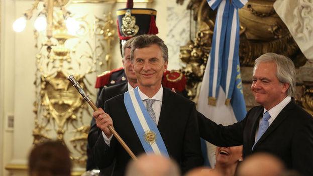 El nuevo presidente argentino, Mauricio Macri, recibe el bastón de mando este jueves 10 de diciembre de 2015, en la Casa Rosada en Buenos Aires, Argentina. (Foto EFE)