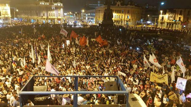 La plaza Dos de Mayo acogió un mitin como colofón a las multitudinarias marchas que recorrieron la ciudad para rechazar el indulto a Fujimori. (@IndiraHuilca)