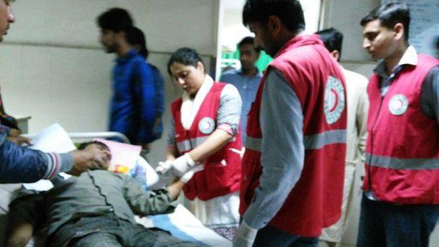 La Media Luna Roja atiende a los múltiples heridos del atentado de este domingo en Pakistán. (@PRC_official)
