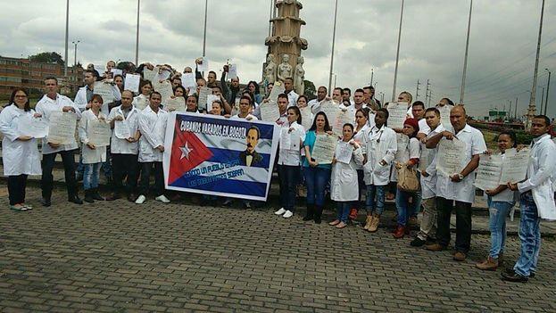 Médicos cubanos manifestándose este sábado en Bogotá por la resolución de sus visados a EE UU. (Dened Vega para 14ymedio)