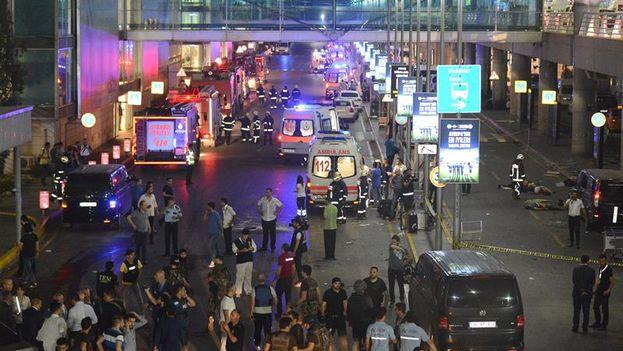 Médicos y policías trabajan después del ataque suicida en el aeropuerto Atatürk en Estambul (Turquía). (EFE/IHLAS NEWS AGENCY)