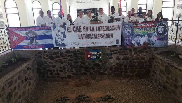 Médicos cubanos en 2019, rindiendo homenaje al 'Che' Guevara en La Higuera, Bolivia. (Twitter/@CubacooperaBo)