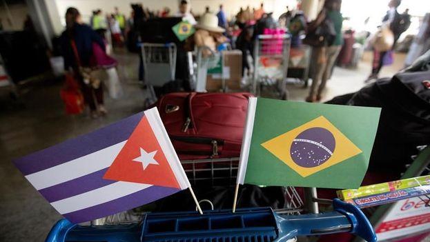 Médicos cubanos que formaban parte del programa Mais Médicos dejaron Brasil por el Aeropuerto Internacional Presidente Juscelino Kubitschek en Brasilia. (EFE/Archivo)