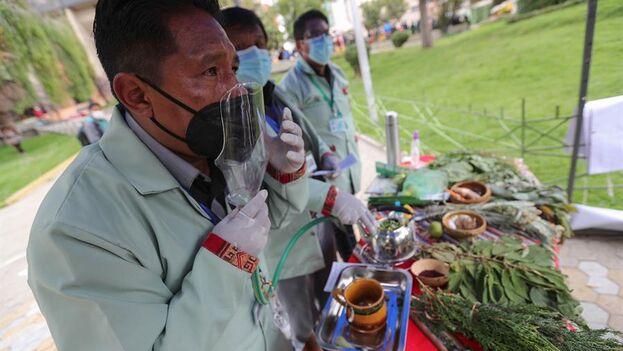 Médicos ancestrales participan en la feria de tratamiento natural a base de hierbas para combatir el covid-19 en La Paz, Bolivia. (EFE/Martin Alipaz)