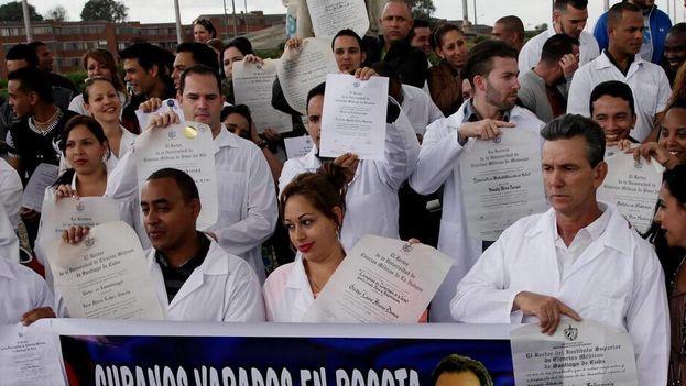 Médicos cubanos piden que se agilicen sus trámites migratorios. (NH)