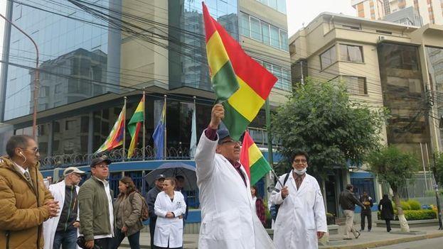 Médicos bolivianos vuelven a protestar en las calles de La Paz, Bolivia. (EFE)