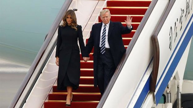 Melania y Donald Trump descienden del Air Force One para su primera visita de Estado a China, su rival como potencia mundial. (EFE/ Thomas Peter)