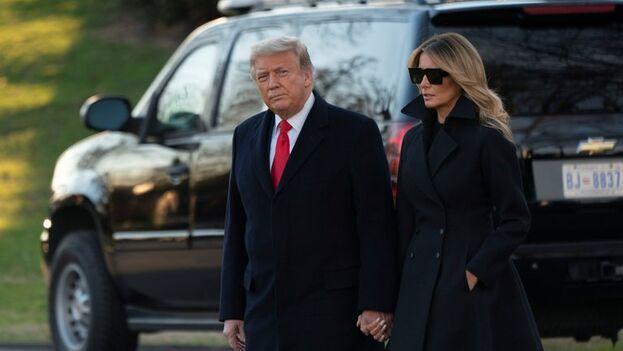 Donald J. Trump y su mujer, Melania, el pasado 23 de diciembre de 2020, cuando salieron de la Casa Blanca rumbo a Mar-a-Lago, en Palm Beach, Florida. (EFE/EPA/Chris Kleponis)