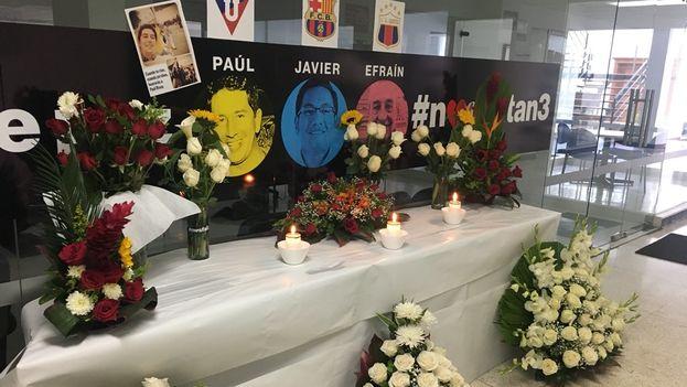 Memorial de los compañeros del diario 'El Comercio' a los periodistas asesinados Paul Rivas, Javi Ortega y Efraín Segarra. (El Comercio)