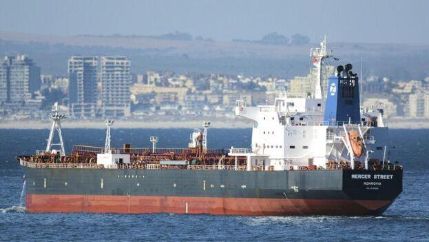 El navío 'Mercer Street', gestionado por una empresa del multimillonario israelí Eyal Ofer, estaba en el norte del océano Índico y se dirigía a Emiratos Árabes Unidos. (Twitter)