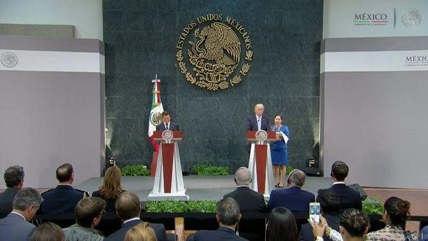 El presidente de México, Enrique Peña Nieto, y el candidato republicano a la Casa Blanca, Donald Trump, este miércoles en México. (Twitter)