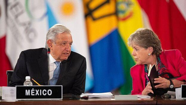 El presidente de México, Andrés Manuel López Obrador, y la secretaria ejecutiva de la Cepal, Alicia Bárcena, durante una sesión de la cumbre de la Celac este sábado, en Palacio Nacional de la Ciudad de México. (EFE/Secreraría de Relaciones Exteriores)