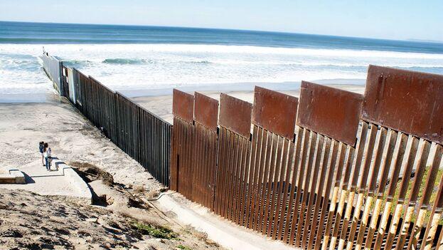 La valla fronteriza entre México y Estados Unidos a la altura de Playas de Tijuana se adentra 100 metros en el mar. (EFE/Alejandro Bringas)