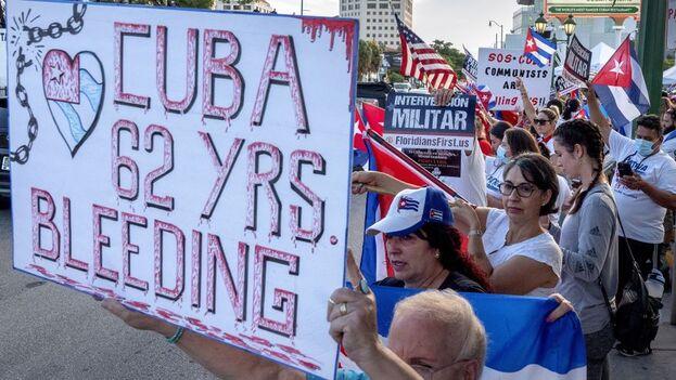 """""""Nos unimos en voces desde el condado Miami-Dade en apoyo del pueblo cubano que con gran valentía le hacen frente a la tiranía para el fin de 62 años de opresión"""", dijo la comisionada Rebeca Sosa. (EFE/EPA/Cristóbal Herrera-Ulashkevich)"""
