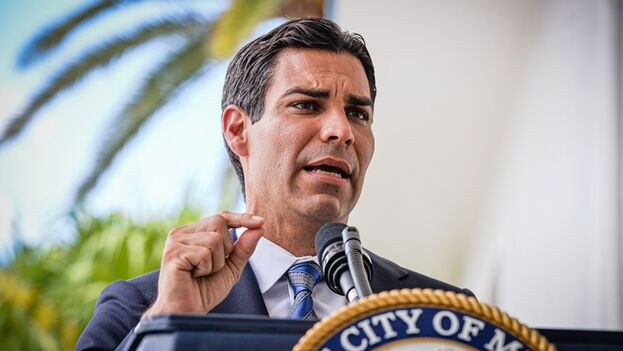 El alcalde de Miami, Francis Suárez, en la rueda de prensa este lunes en la Alcaldía de Miami. (EFE/Giorgio Viera)
