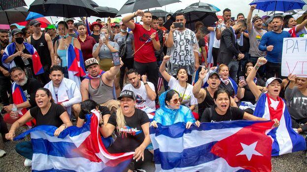 """Al menos un millar de manifestantes cubanos bloquearon este martes una importante autopista en Miami para pedir al Gobierno de Biden """"una intervención"""" en Cuba que impida """"un baño de sangre"""" a la población de la Isla. (EFE/EPA/Cristóbal Herrera-Ulashkevich)"""