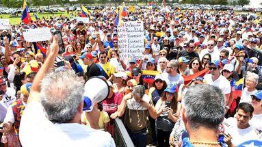 Un grupo  de venezolanos en Miami en una convocatoria de rechazo al Gobierno de Nicolás Maduro. (Álvaro Mata)